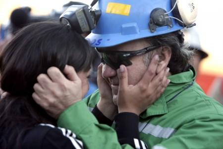 لوییز اورزوا , سرکارگر و رییس ۳۳ نفر که آخرین فرد نجات یافته بود پس از ۶۹ روز همسرش را در آغوش می کشد . لوییز احساس مسوولیت را کامل کرد و آخرین نفری بود که سوار کپسول شده و بالا آمد .