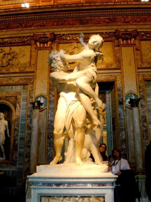 پیکره ی تجاوز به پروسفونه اثر بی همانند برنینی ایتالیایی که در سالهای ۱۶۲۱ تا ۱۶۲۲ ساخته شده است