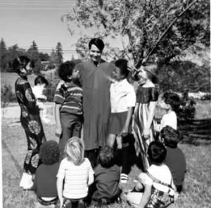 در این تصویر تبلیغاتی جونز مقدس!! با کودکانی از نژادها و قومیتهای متفاوت ( سیاه , سفید و چینی و … ) دیده می شود